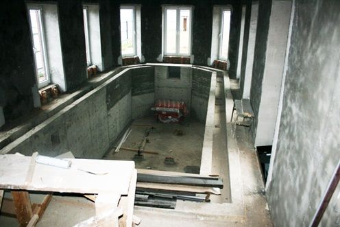 строит бассейн